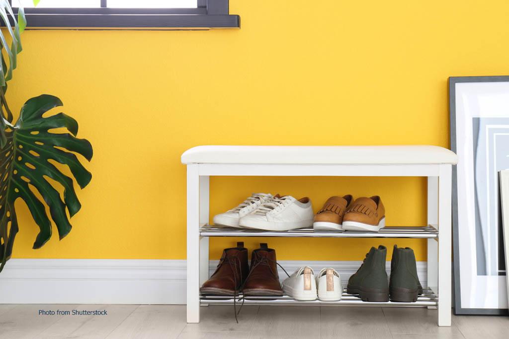 Menyimpan sepatu di rak terbuka