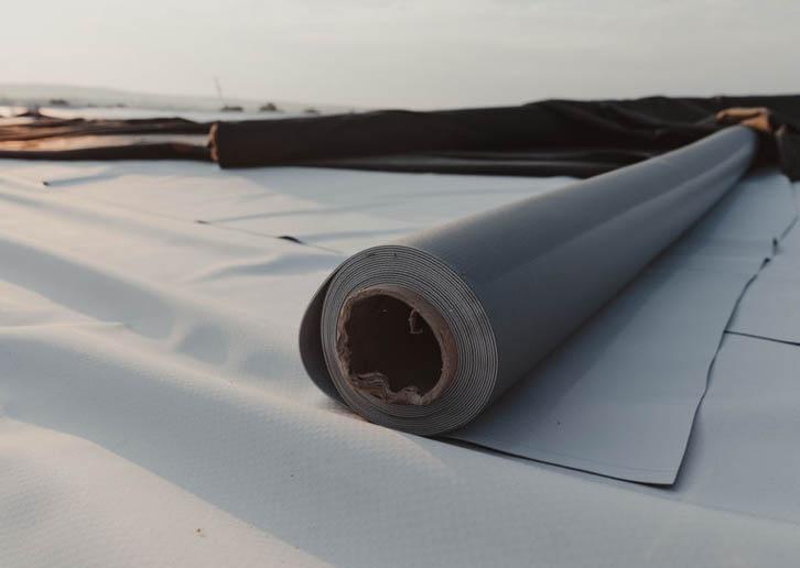 memasang karpet atap